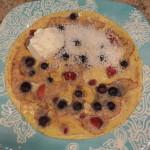 Omelete com frutas vermelhas, iogurte e coco ralado
