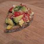 Abacate, tomate, queijo feta, majericão e sourdough