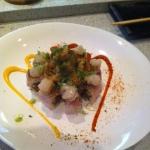 Polvo com peixes mistos sashimi e um pouco carangueijo de casca macia assado.